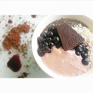 Cacao en blauwe bessen smoothie