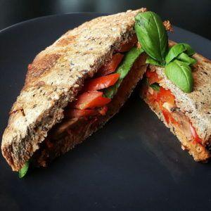 Tosti met paprika spread en gegrilde groenten
