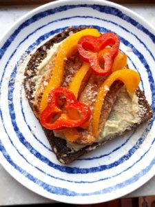 brood inspiratie - tempeh, hummus, paprika en edelgist