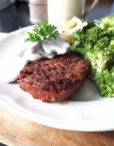 champignon roomsaus met 'echte' biefstuk, broccoli en aardappeltjes uit de oven
