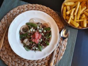 Polenta patat en salade met ingelegde uien
